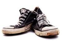 Hoe geef ik nieuwe sneakers een oudere look