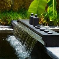Hoe plaats ik een waterval in mijn vijver